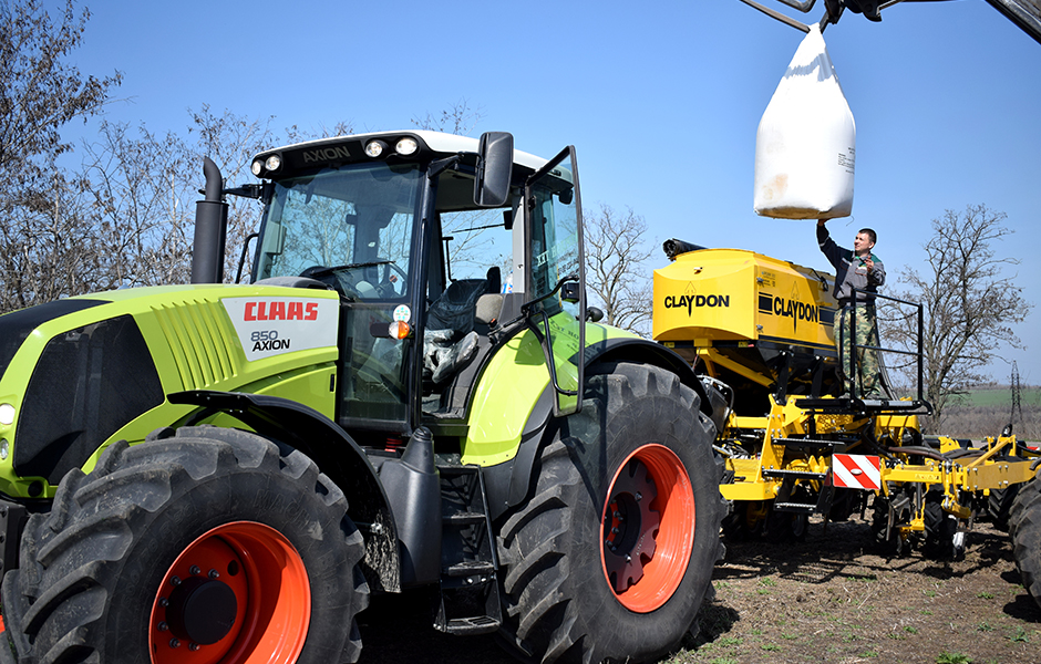 Claas_Axion_850_With_Claydon_Hybrid_T4_Mykolayiv_940x600